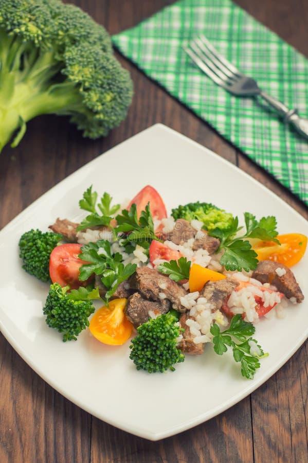 Geroosterd vlees, witte rijst en groenten Houten achtergrond Hoogste mening Close-up royalty-vrije stock foto