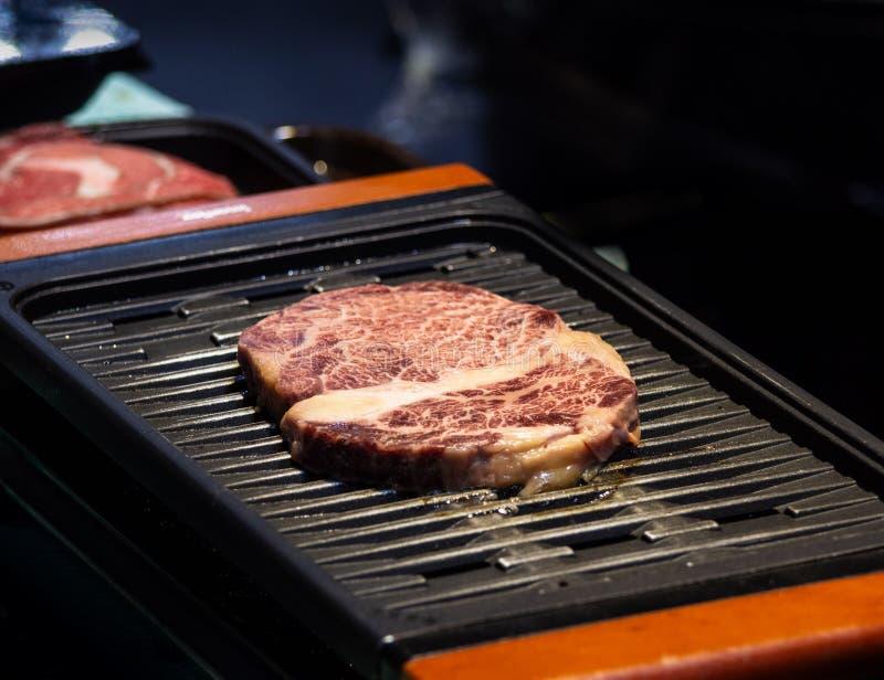 Geroosterd wagyurundvlees, het Ruwe marmeren rundvleeslapje vlees braden in zwarte grill royalty-vrije stock afbeelding