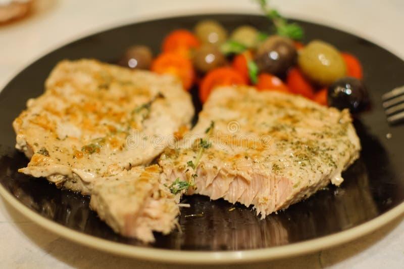 Geroosterd zalmlapje vlees met groenten op plaat stock afbeeldingen