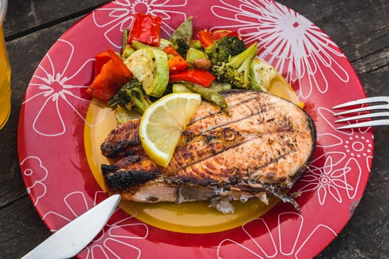 Geroosterd zalmlapje vlees met groenten op plaat stock foto