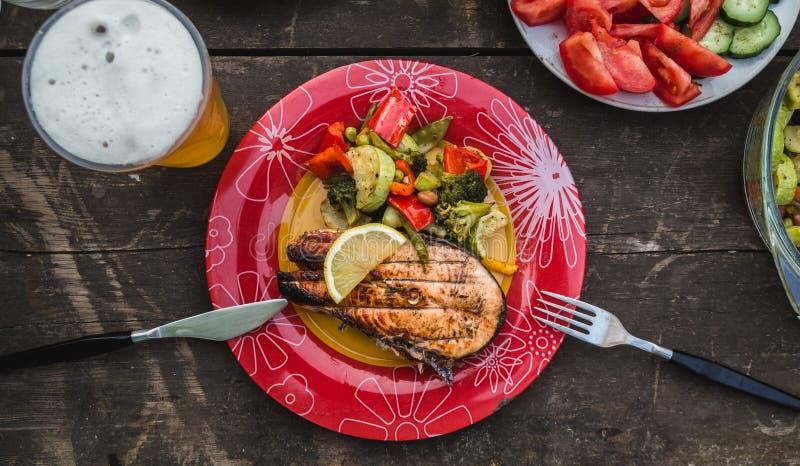 Geroosterd zalmlapje vlees met groenten op plaat smakelijk en gezond diner stock foto's