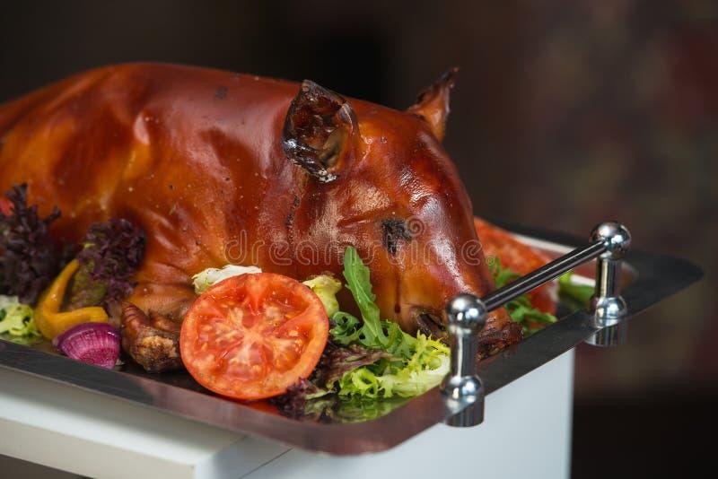 Geroosterd zogend varken met groenten stock foto's