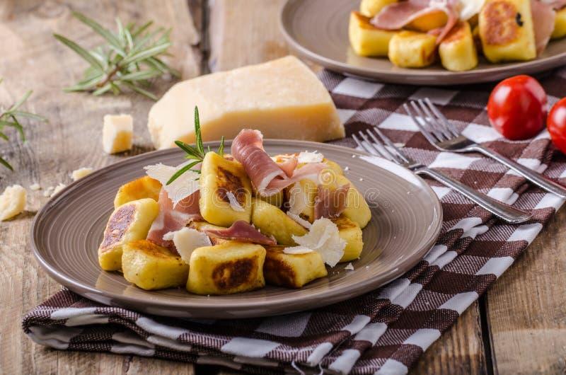 Geroosterde aardappelgnocchi met prosciutto royalty-vrije stock foto's