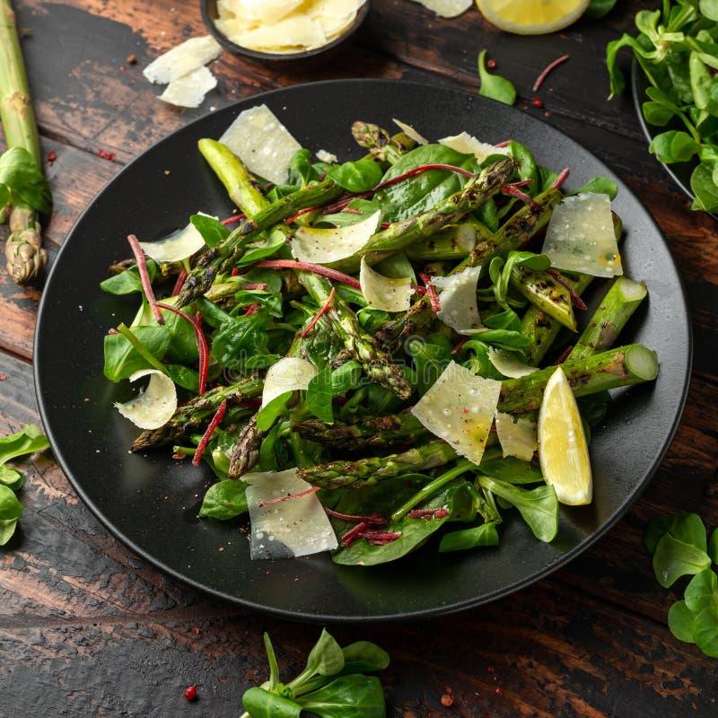 Geroosterde Aspergesalade met groene groenten en parmezaanse kaaskaas stock afbeeldingen