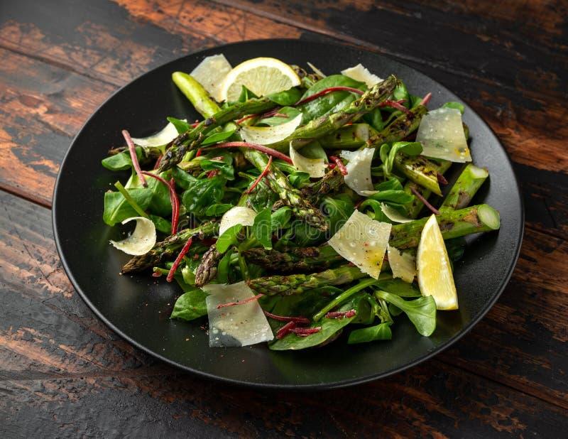 Geroosterde Aspergesalade met groene groenten en parmezaanse kaaskaas stock afbeelding