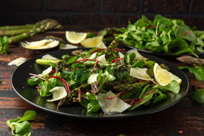 Geroosterde Aspergesalade met groene groenten en parmezaanse kaaskaas royalty-vrije stock foto's