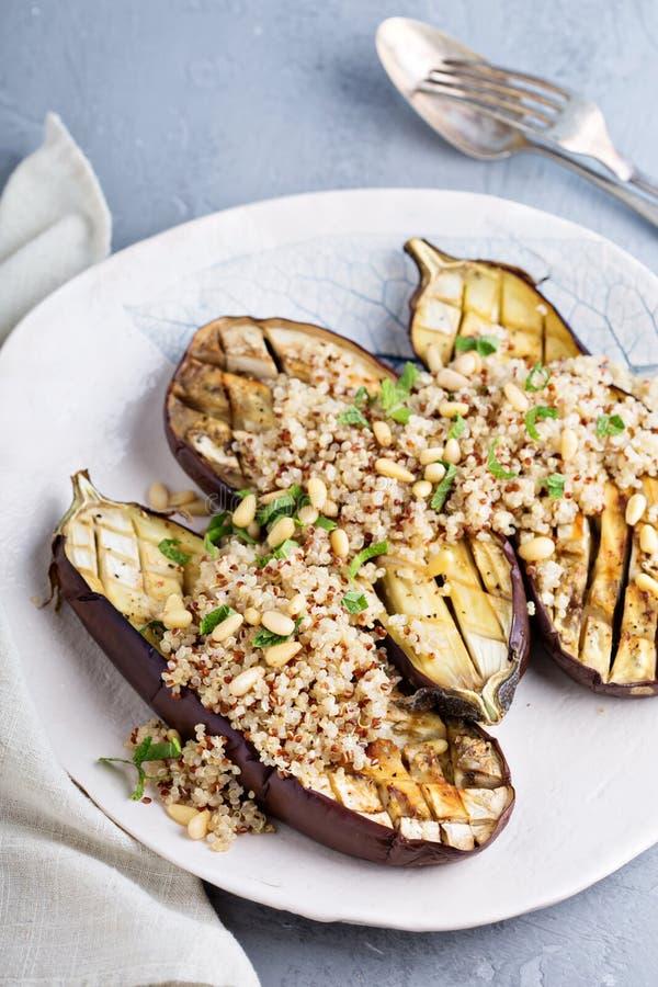 Geroosterde aubergine met quinoa stock foto