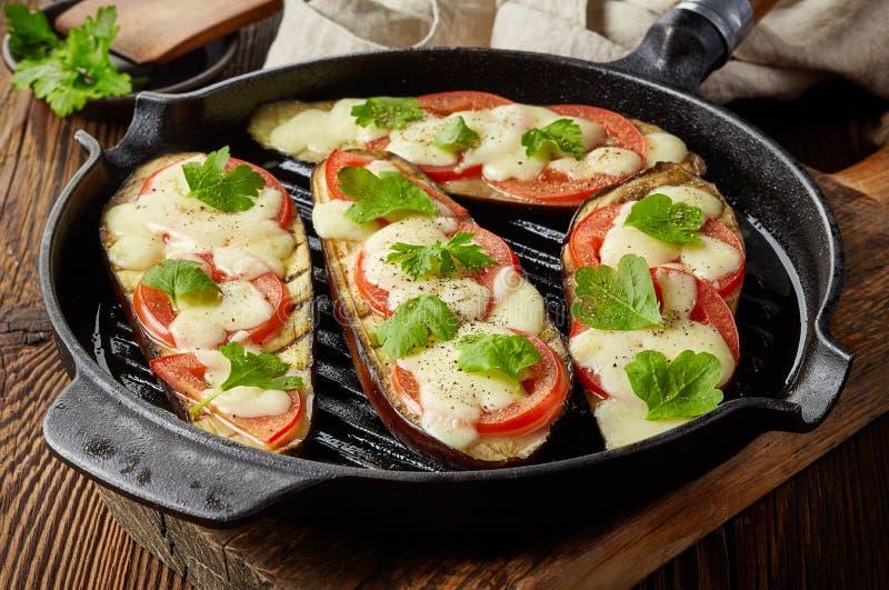 Geroosterde aubergines bij het koken van pan stock foto