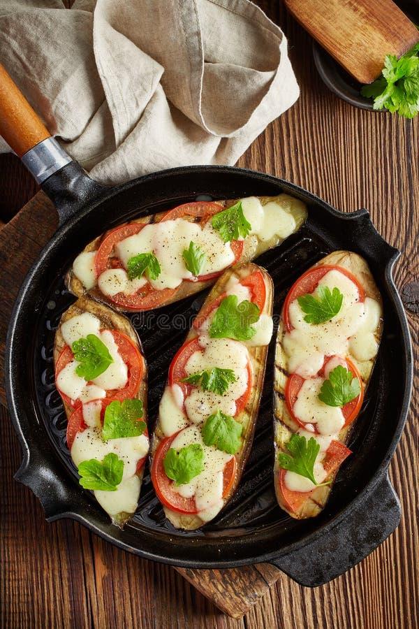 Geroosterde aubergines bij het koken van pan stock afbeelding