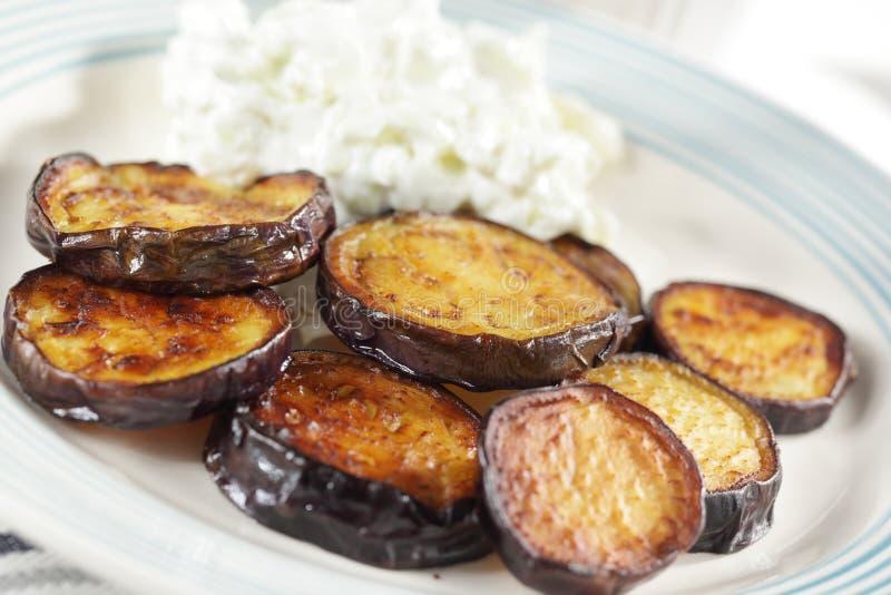 Geroosterde aubergines met tzatziki stock foto's