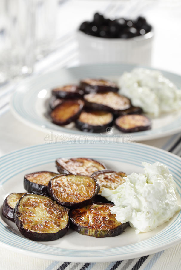 Geroosterde aubergines met tzatziki stock foto