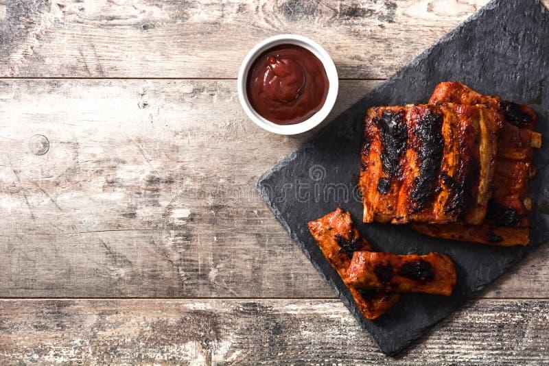 Geroosterde barbecueribben op houten lijst Copyspace stock foto's