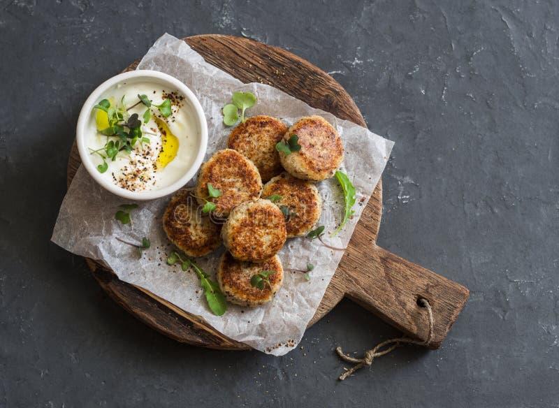 Geroosterde bloemkoolvleesballetjes en Griekse yoghurtsaus op een houten raad, hoogste mening royalty-vrije stock fotografie