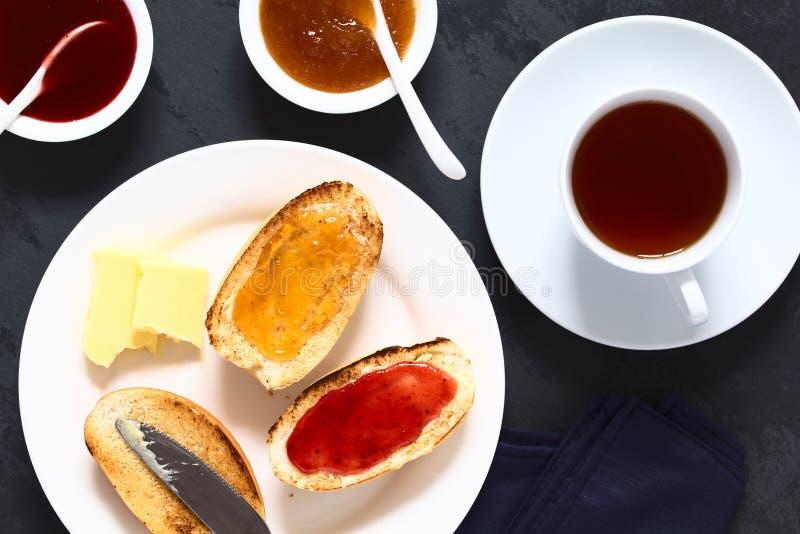 Geroosterde Broodjes met Jam en Thee royalty-vrije stock foto