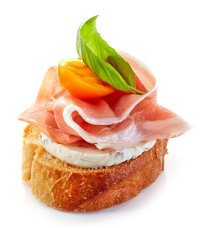 Geroosterde broodplak met gerookte ham stock foto