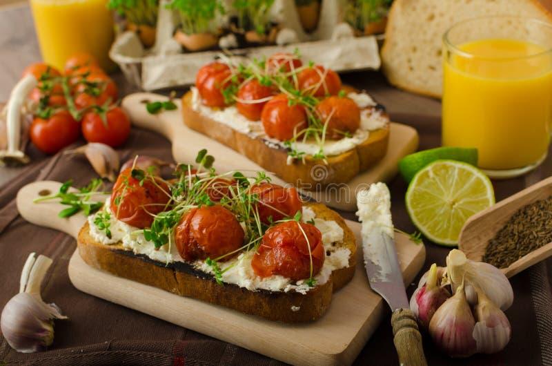 Geroosterde Cherry Tomato Sauce en Ricotta op Toost stock foto