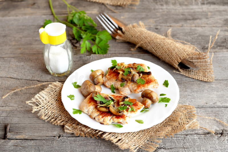 Geroosterde de borstlapjes vlees van Turkije met kaas en paddestoelen op een plaat stock afbeelding