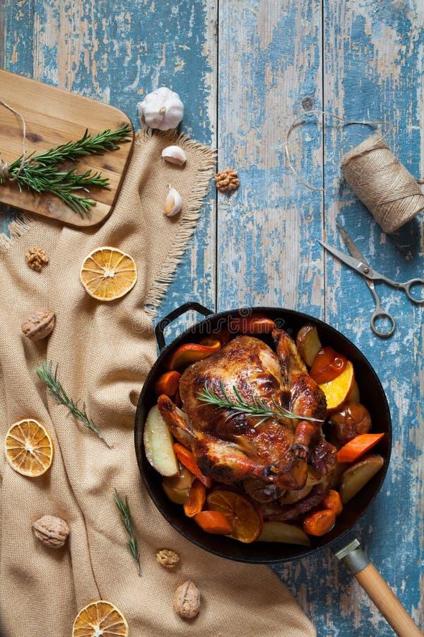 Geroosterde die kip met diverse groenten en kruiden wordt gevuld stock afbeelding