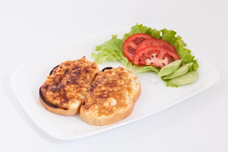 Geroosterde die sandwiches met ei en kaas voor ontbijt met groenten in witte plaat wordt verfraaid royalty-vrije stock fotografie