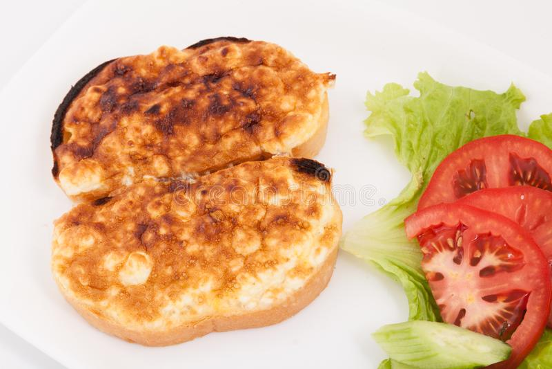Geroosterde die sandwiches met ei en kaas voor ontbijt met groenten in witte plaat wordt verfraaid stock foto's