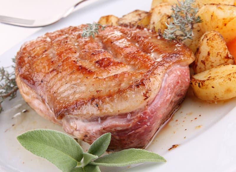 Geroosterde eendvlees en groenten royalty-vrije stock afbeelding