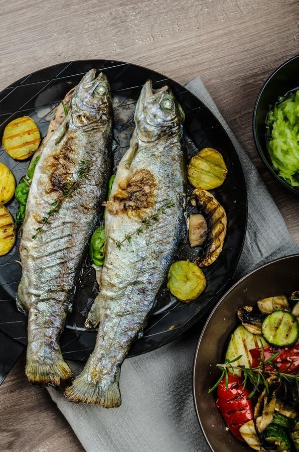 Geroosterde Forel met Mediterrane groenten stock fotografie