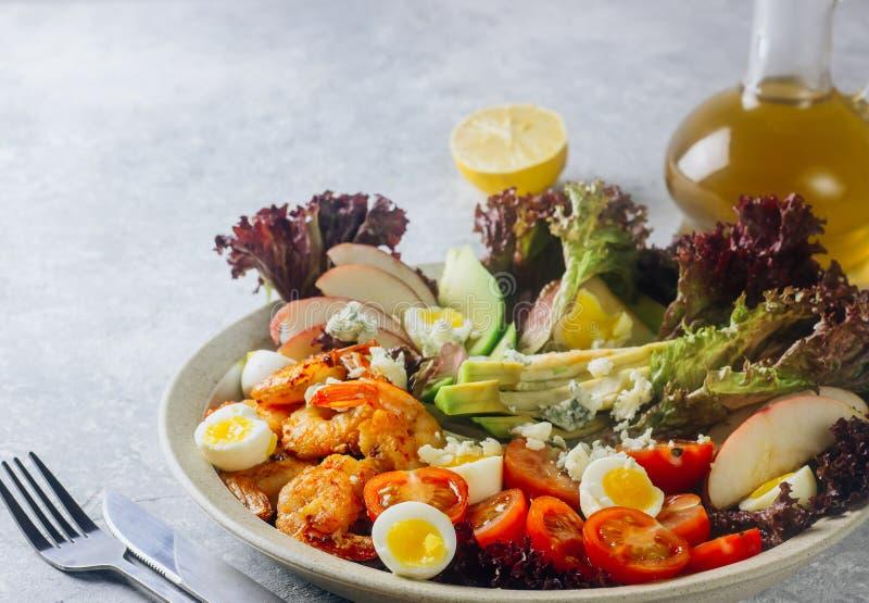 Geroosterde garnalen en verse groentesalade en ei stock foto's