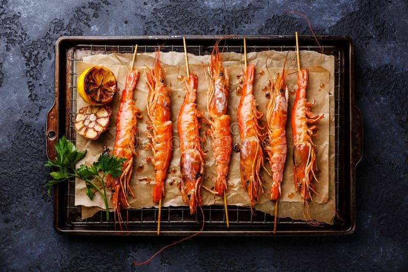 Geroosterde gebraden garnalengarnalen op vleespennen stock fotografie