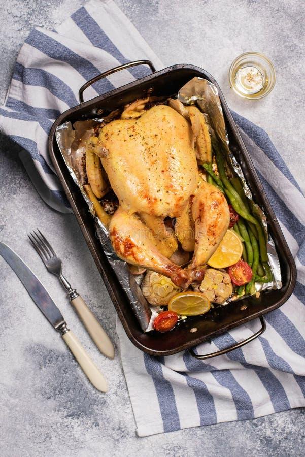 Geroosterde gehele kip met groente in druipende pan royalty-vrije stock foto's