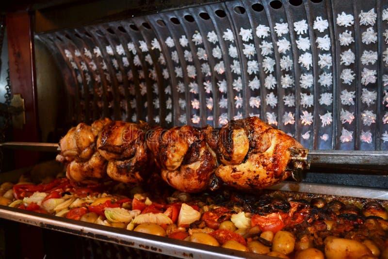 Geroosterde gehele kippen die geroosterde groenten in een het roosteren doos met breking verlengen stock afbeelding