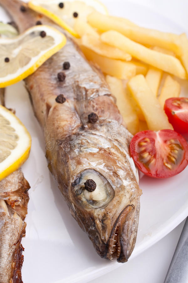 Geroosterde Gehele Vissen met Gebraden gerechten stock afbeeldingen