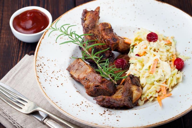 Geroosterde gesneden cole van de de ribbensalade van het barbecuevarkensvlees slaw royalty-vrije stock afbeelding