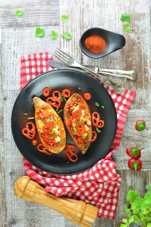 Geroosterde Gevulde Bataten - een heerlijke maaltijd van het veganistdieet met een volledige voorbereidingsfoto's royalty-vrije stock foto