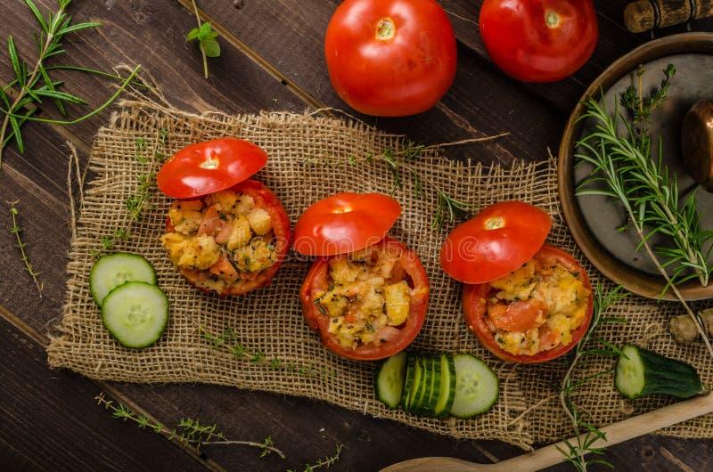 Geroosterde gevulde tomaten stock afbeelding