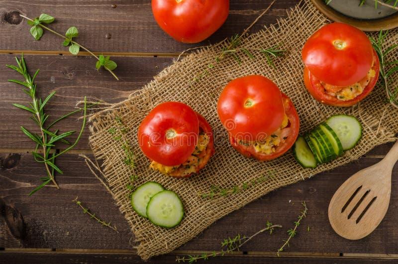 Geroosterde gevulde tomaten royalty-vrije stock afbeeldingen