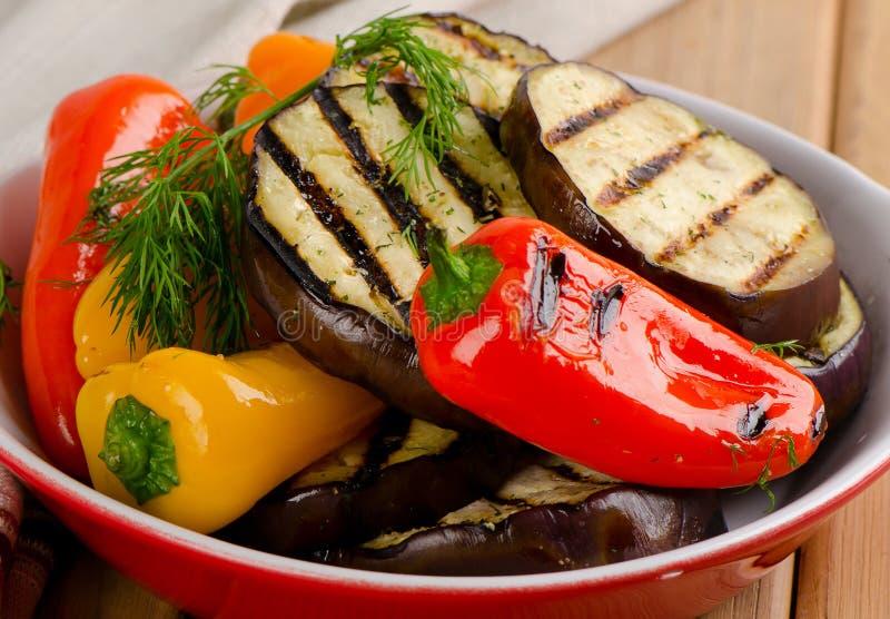 Geroosterde gezonde groenten in kom stock fotografie