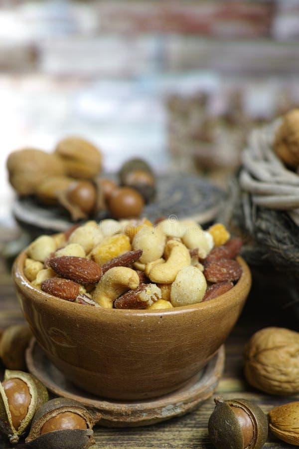 Geroosterde gezouten notenmengeling, snack van macadamia, walnotes en almo stock foto