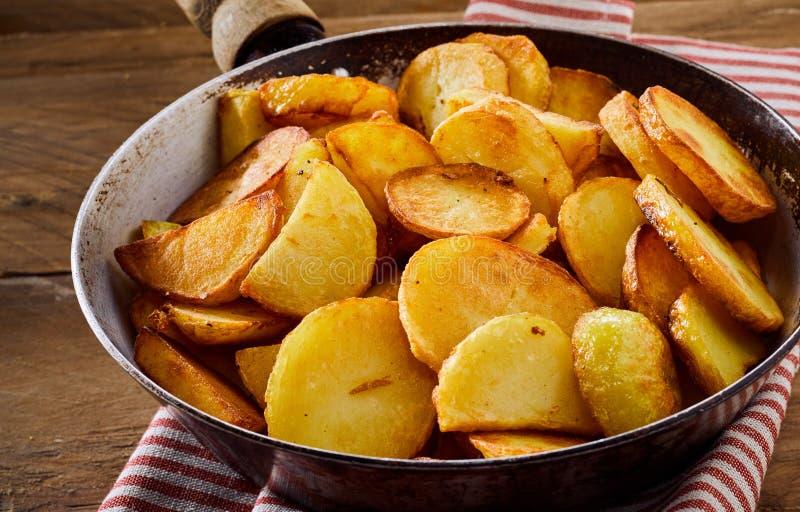Geroosterde gouden knapperige aardappelplakken royalty-vrije stock foto's