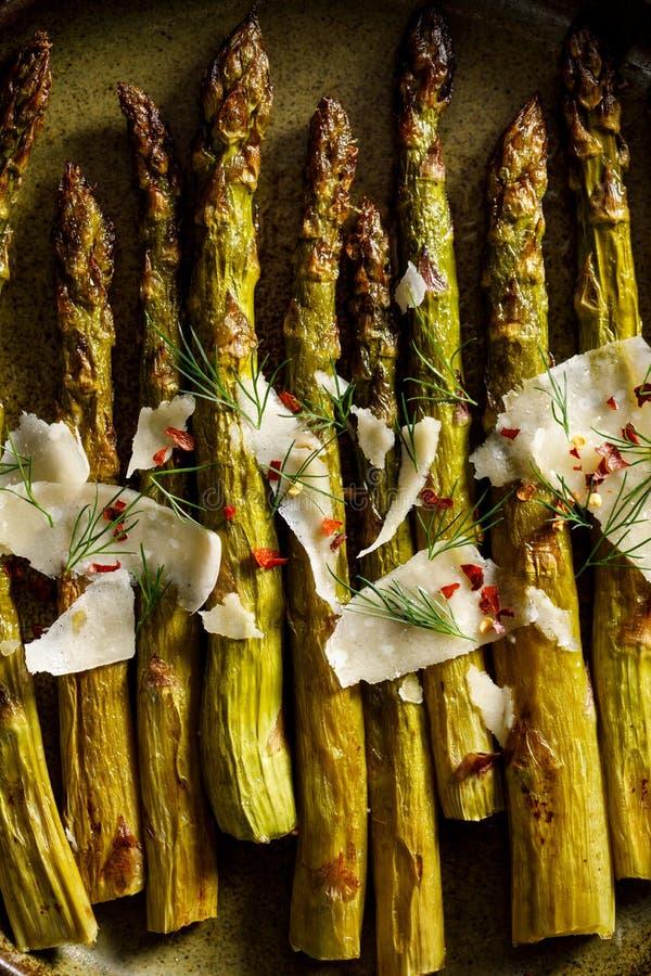 Geroosterde groene die asperge met de vlokken van de parmezaanse kaaskaas, hoogste mening wordt bestrooid royalty-vrije stock foto
