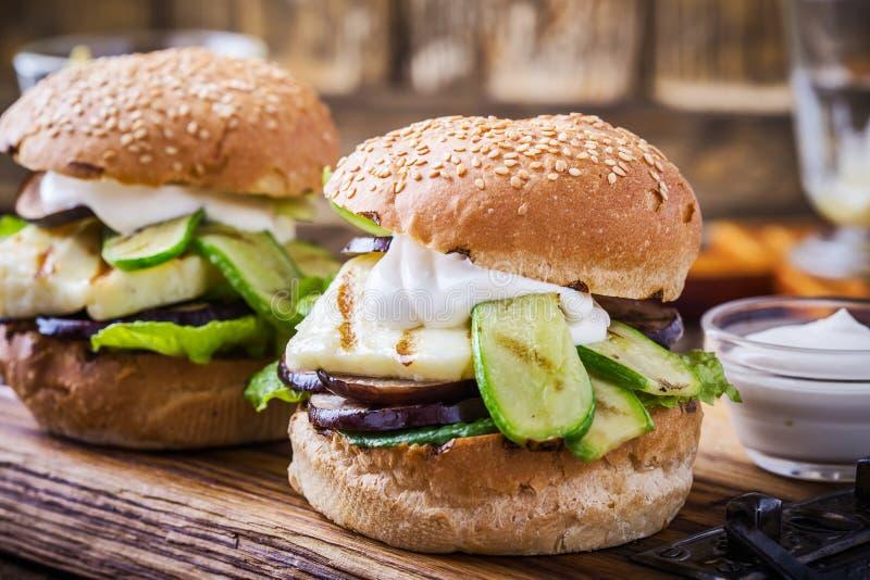 Geroosterde groente en haloumihamburger met snijsla stock foto