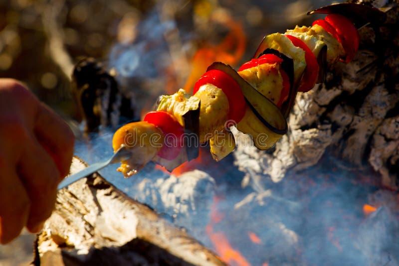 Geroosterde groentenkebab in de open brand op stok stock foto's