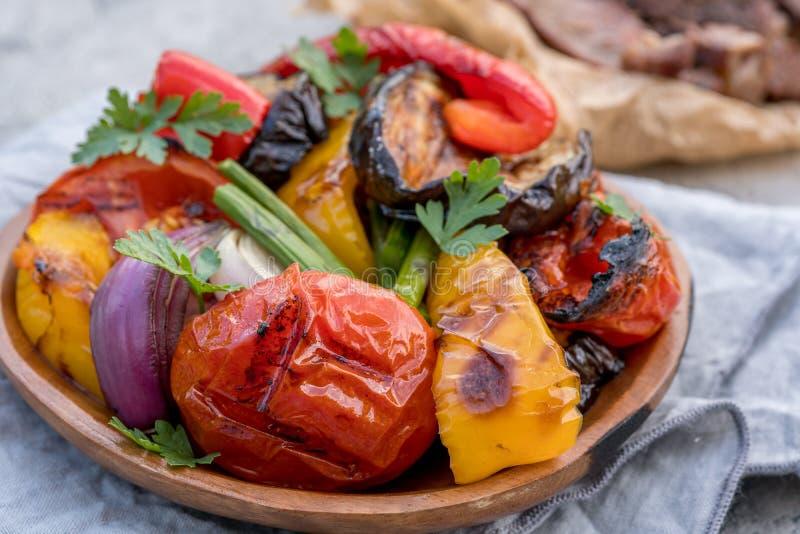 Geroosterde groentensalade met aubergine, uien, peper, asperge en tomaat stock afbeeldingen