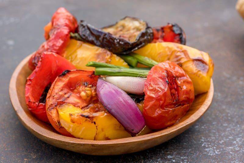 Geroosterde groentensalade met aubergine, uien, peper, asperge en tomaat stock afbeelding