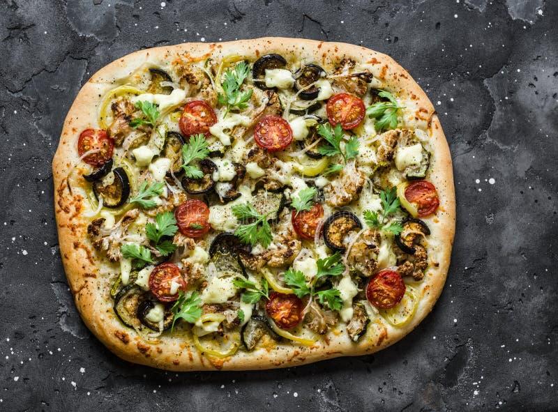 Geroosterde groentenvegetariër flatbread op een donkere achtergrond, hoogste mening Bloemkool, aubergine, tomaat, courgette veget royalty-vrije stock foto