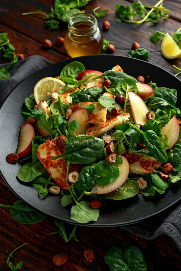 Geroosterde Halloumi-Kaassalade met perzikfruit, noten en spinazie, arugulamengeling Gezond voedsel royalty-vrije stock foto's