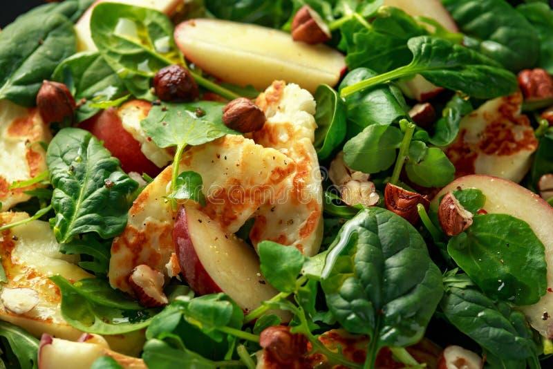 Geroosterde Halloumi-Kaassalade met perzikfruit, noten en spinazie, arugulamengeling Gezond voedsel close-up royalty-vrije stock foto's