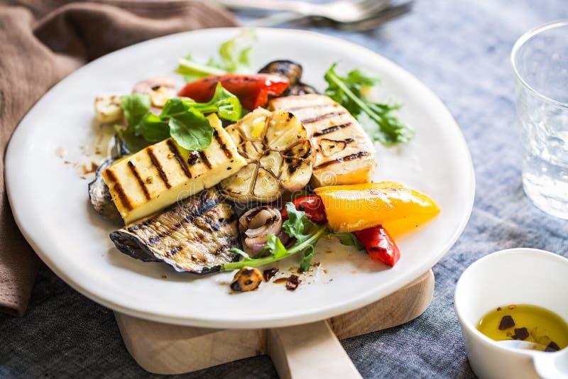 Geroosterde Halloumi met aubergine en pepersalade stock afbeeldingen