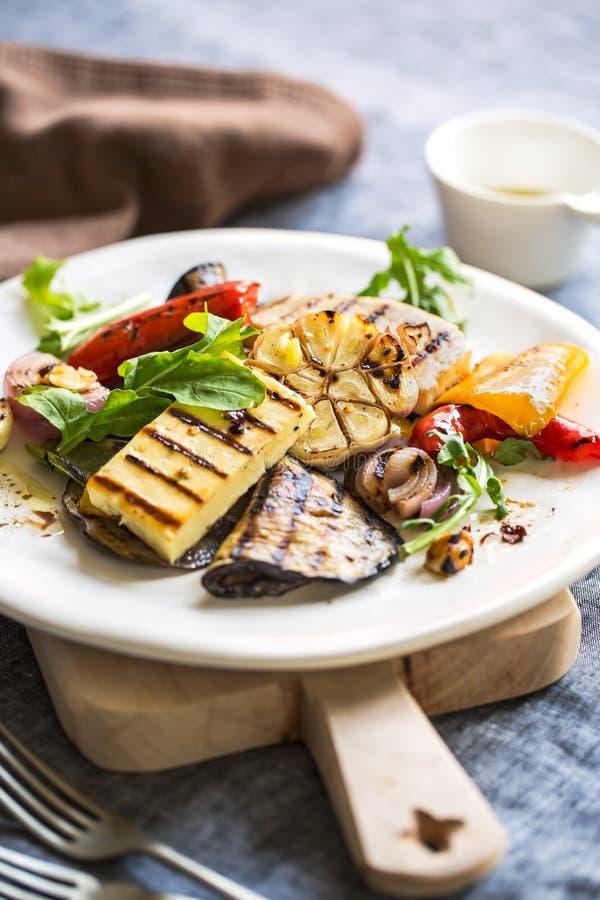 Geroosterde Halloumi met aubergine en pepersalade stock foto's