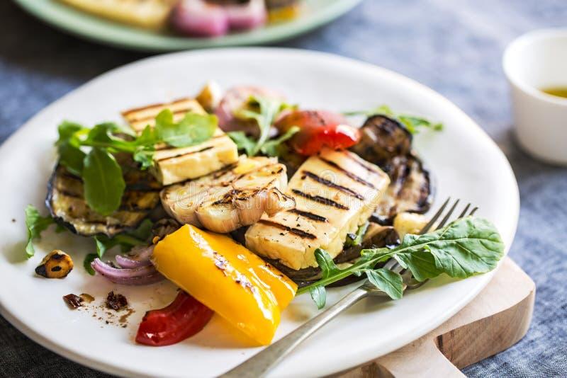 Geroosterde Halloumi met aubergine en pepersalade stock afbeelding