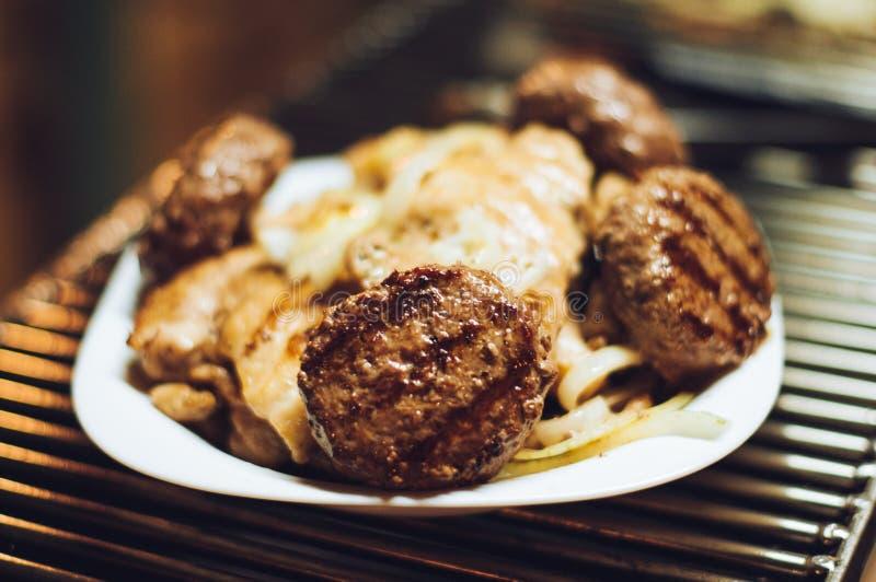 Geroosterde hamburgers en kippenfilet op een plaat royalty-vrije stock afbeeldingen